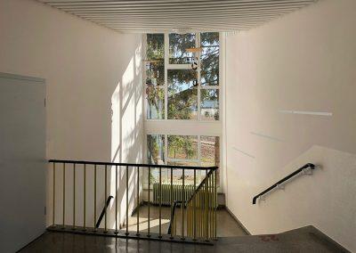 malwerk_krauss_Treppenhaus-Schule-Holzdecke-lackiert-(2)